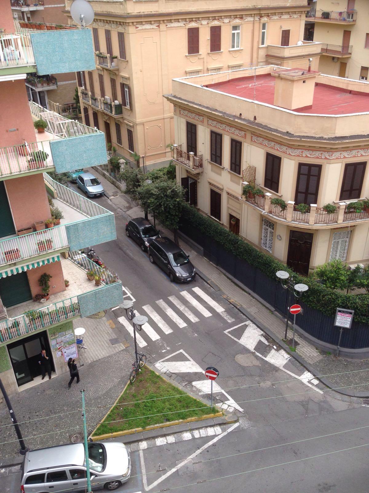 Vendesi villa via roma portici na su due livellitempo di for Piani di casa cottage con portici