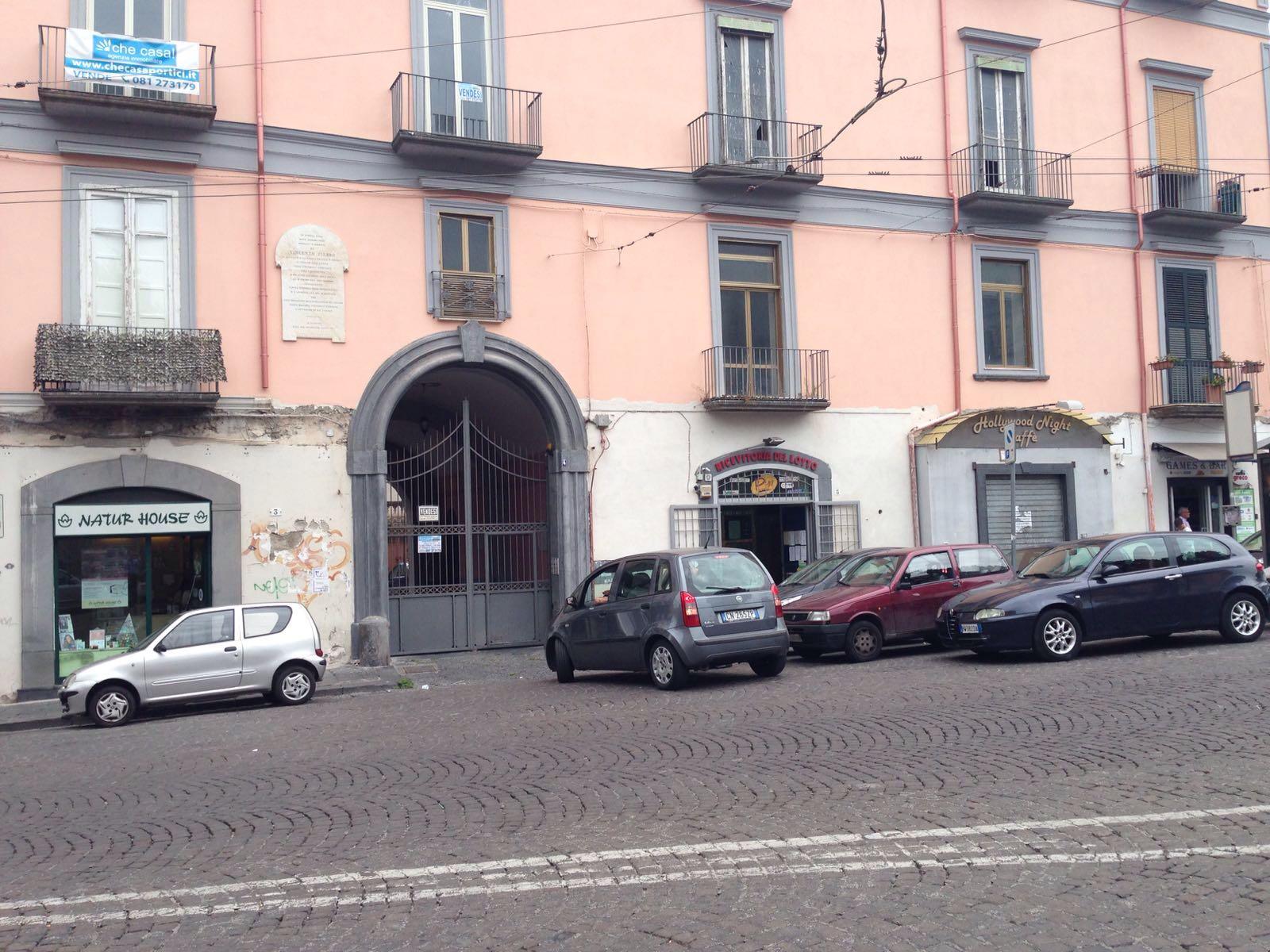 Vendesi appartamento piazza san ciro portici natempo di for Piani di casa con portici schermati e sunrooms